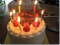 大2本、小5本のろうそくが立つケーキ。